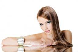 lange braune Haare schöne Frau Spiegelbild