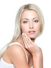 hübsche blonde Frau mit reiner Haut