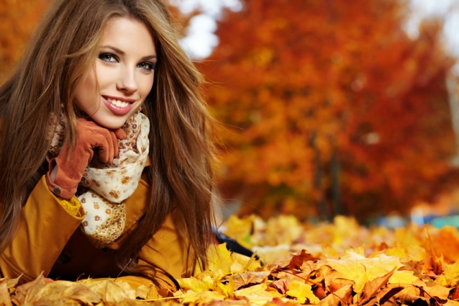 Herbst Laub Frau braune Haare Brauntöne