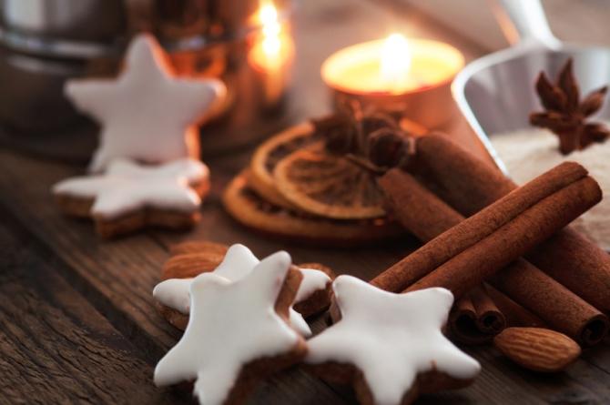 Weihnachtliche Stimmung selbstgebackene Kekse Zimtrollen Teelicht gemütlich tolle Düfte