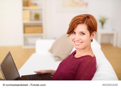 junge frau arbeitet zuhause mit dem laptop